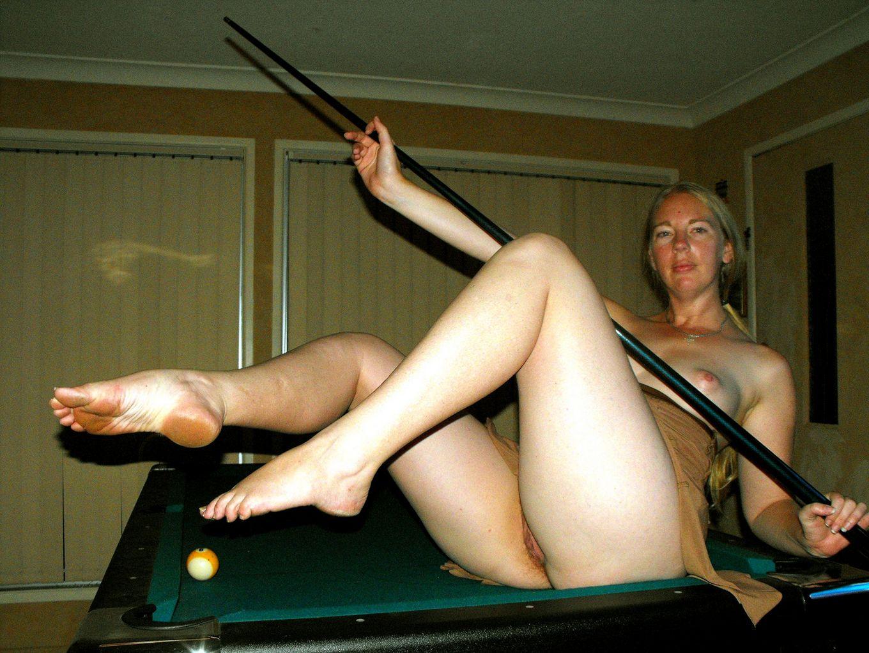 Обнаженные женщины на бильярдном столе