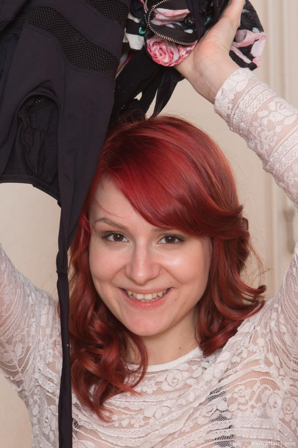Рыжая сучка разделась в прихожей до гола