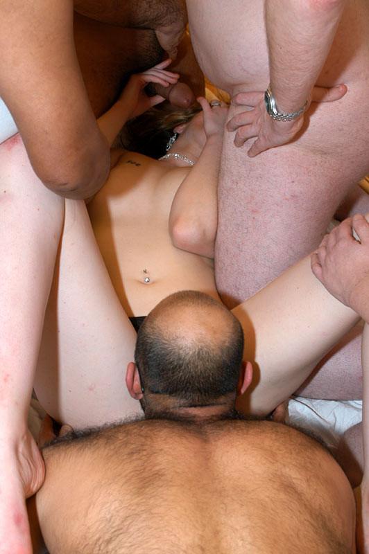 Толпа самцов жаждет своей очереди