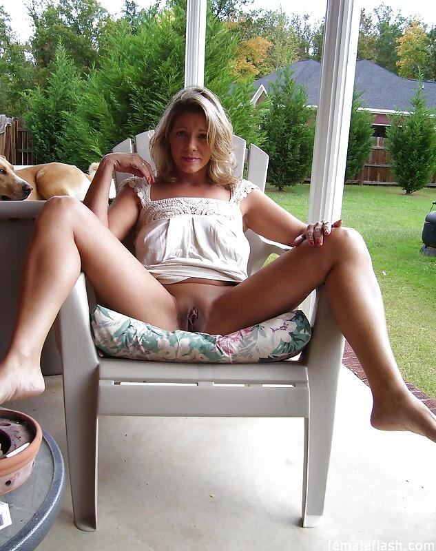 Голые мамки с большим бюстом во время летнего отдыха