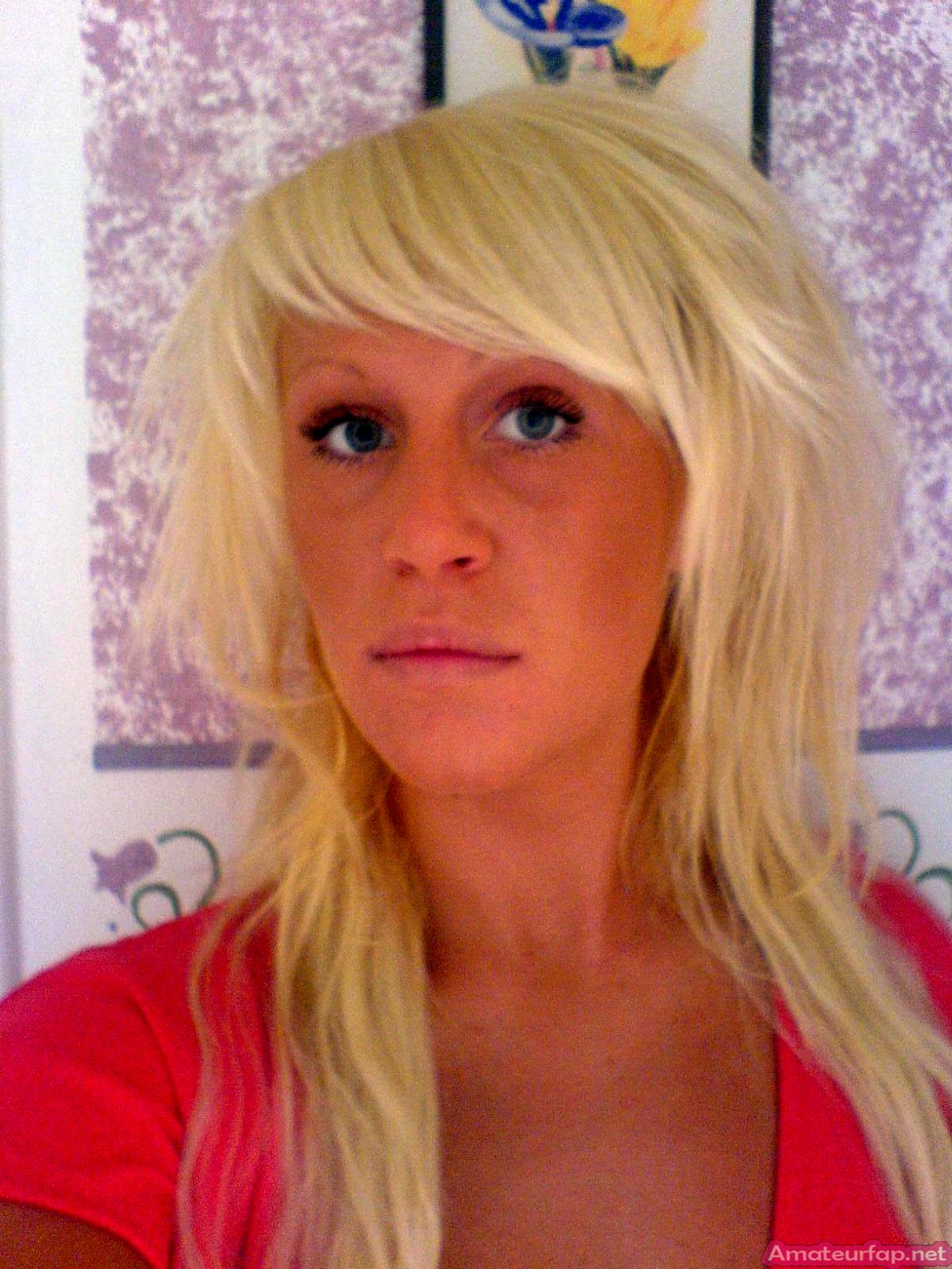 Загорелая немецкая блондинка с пирсингом на сосках
