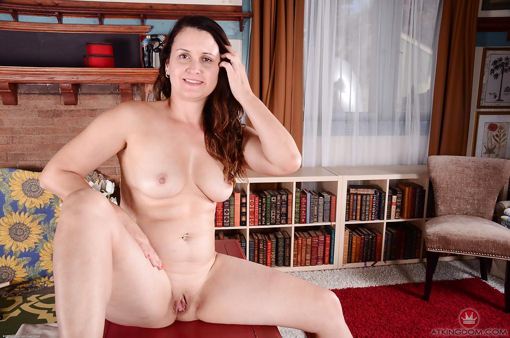 Сексапильная леди заводит обнаженными прелестями