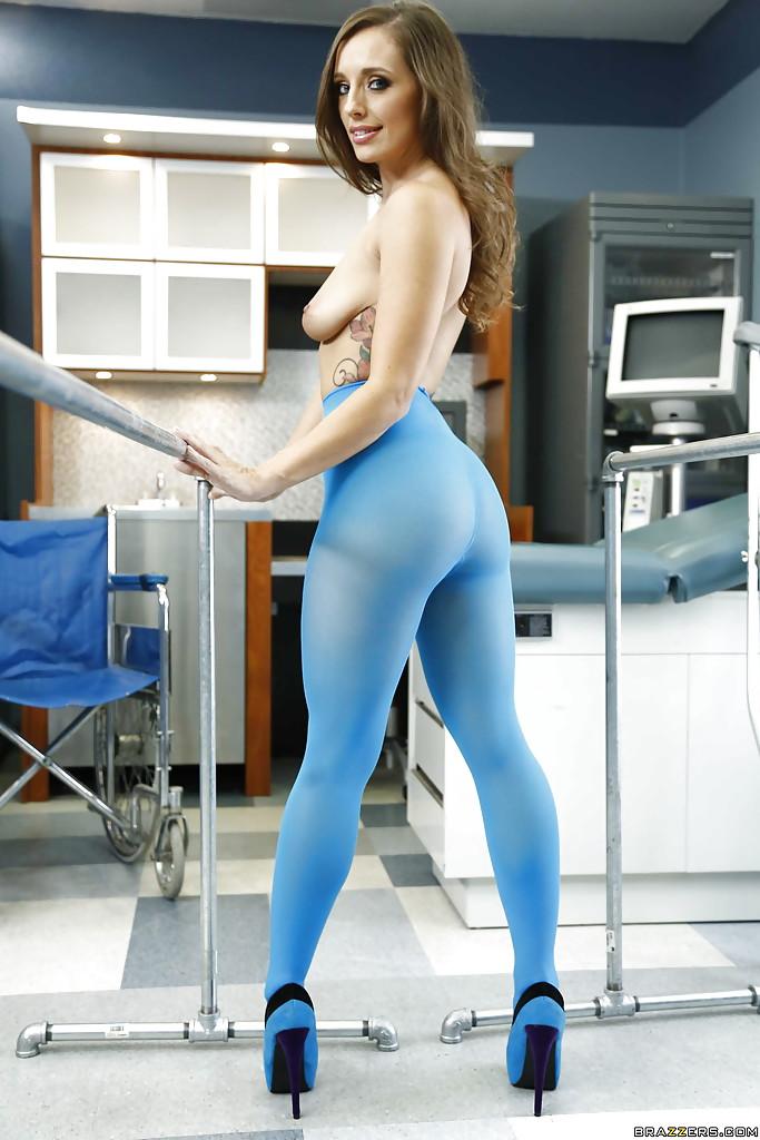 Соблазнительная медсестра выставила напоказ изящный бюст
