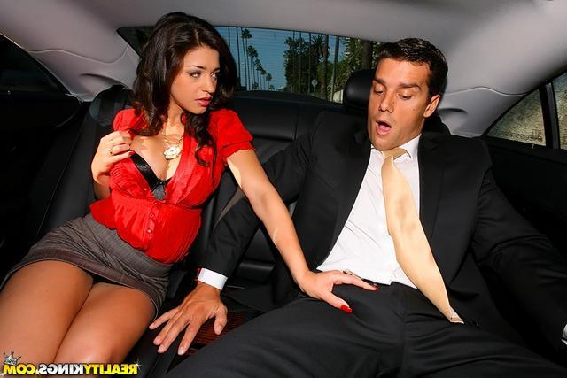 Довела до оргазма руками