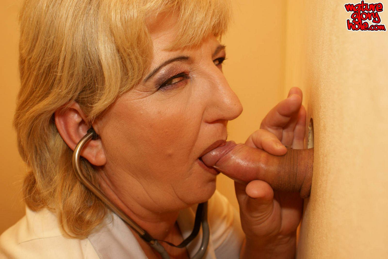Сюрприз в общественном туалете для пожилой дамочки
