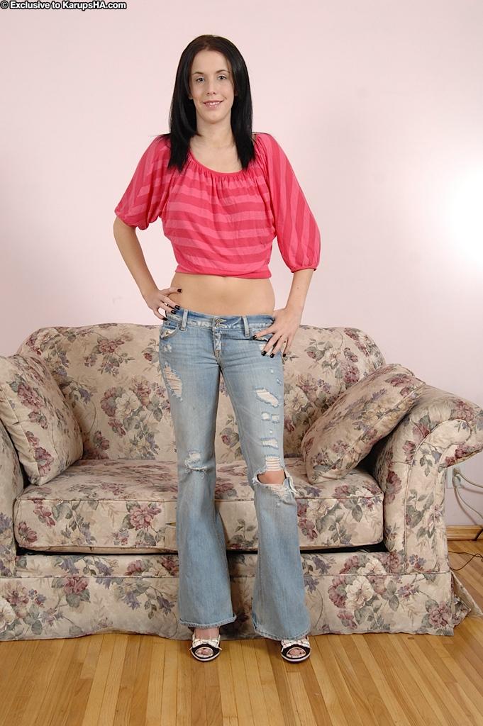 Брюнеточка в рваных джинсах дрочит письку на кастинге