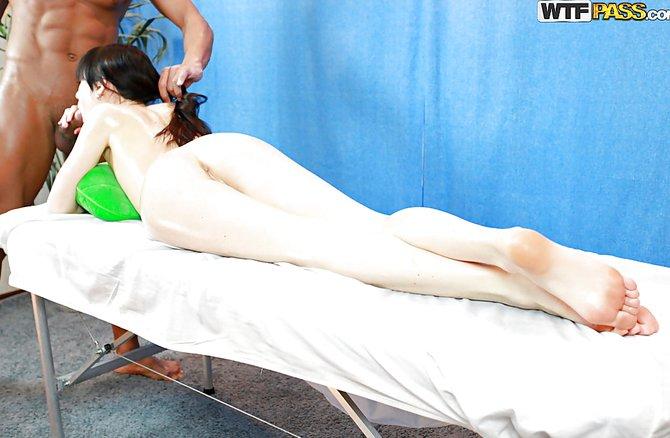 Стройная куколка пришла на массаж и завелась до предела