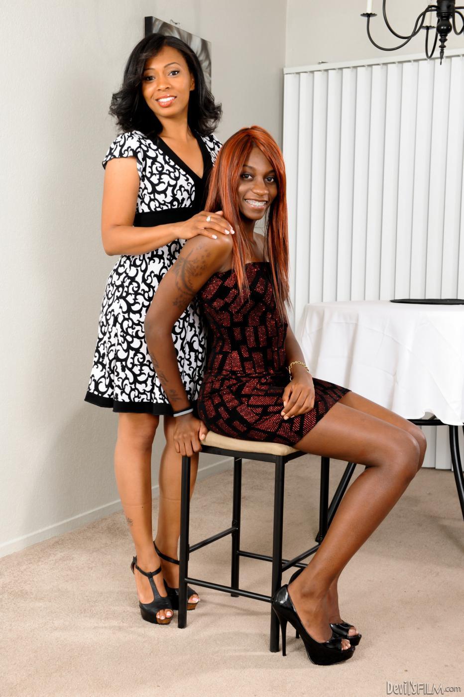 Афро стонет от двойного минета в исполнении Anita Peida и Sky Hustle