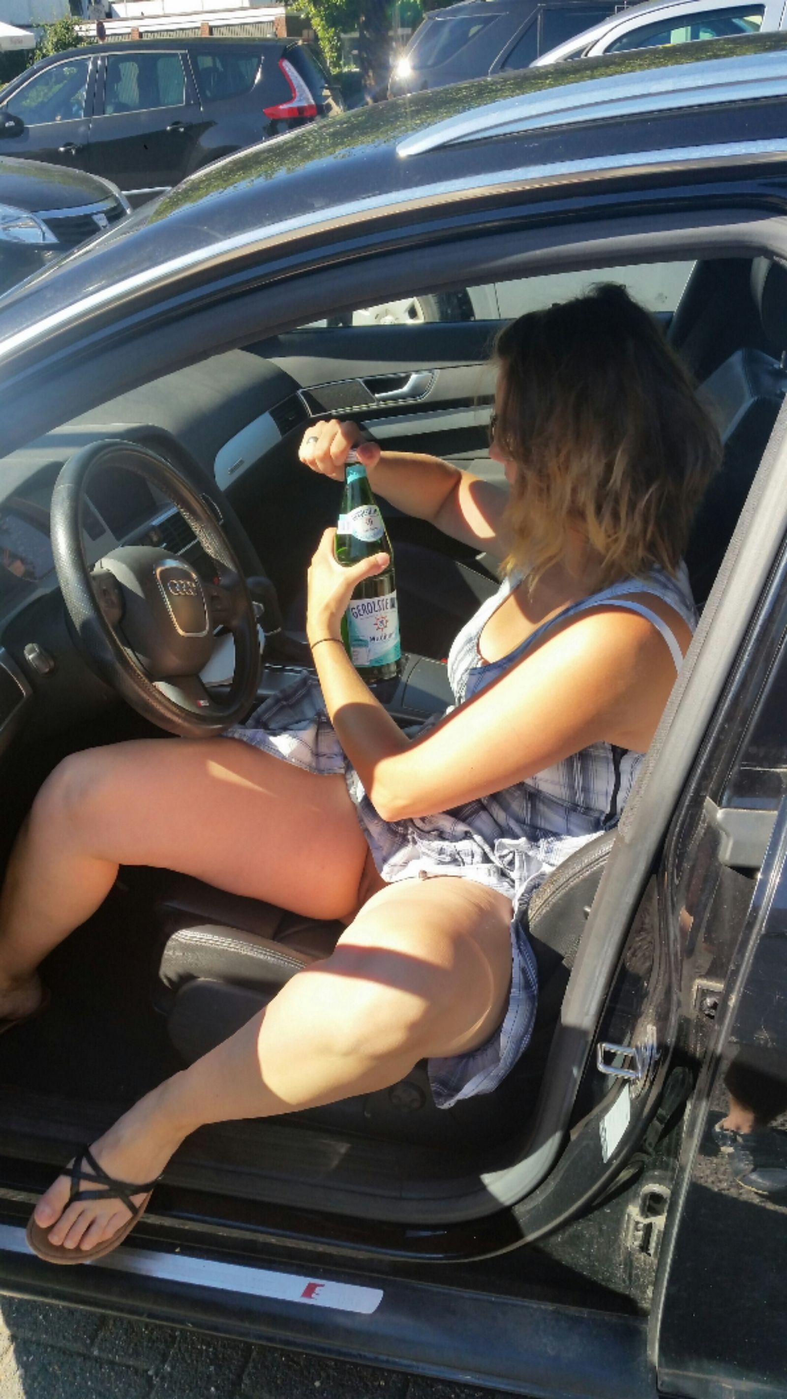 Джесси обнажает вагину в магазине и облизывает хер в машине