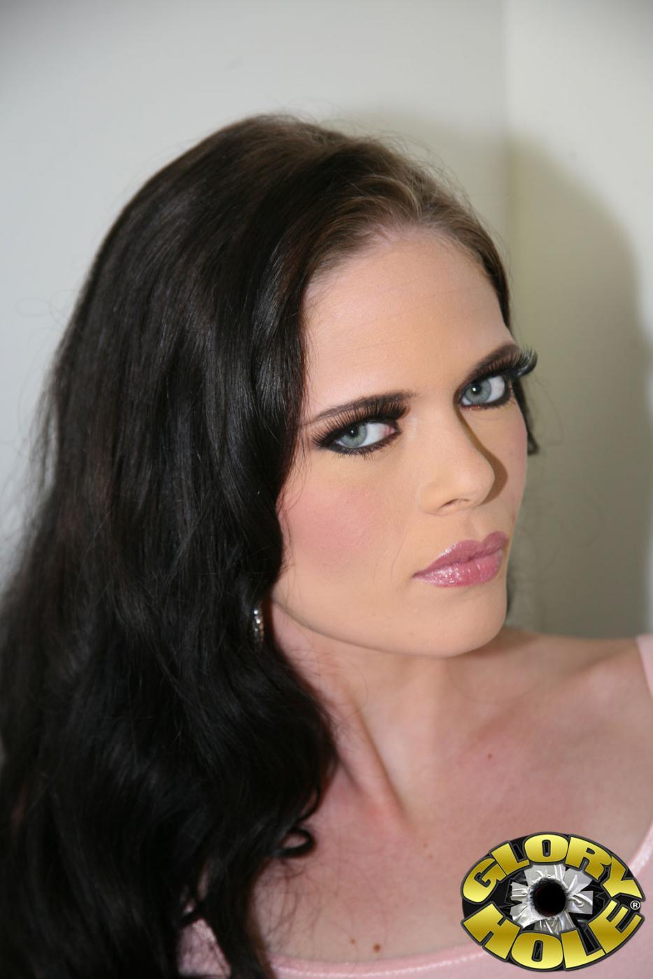Невероятный оральный и вагинальный интим с членом из дырочки в стене для возбужденной Angelina Black