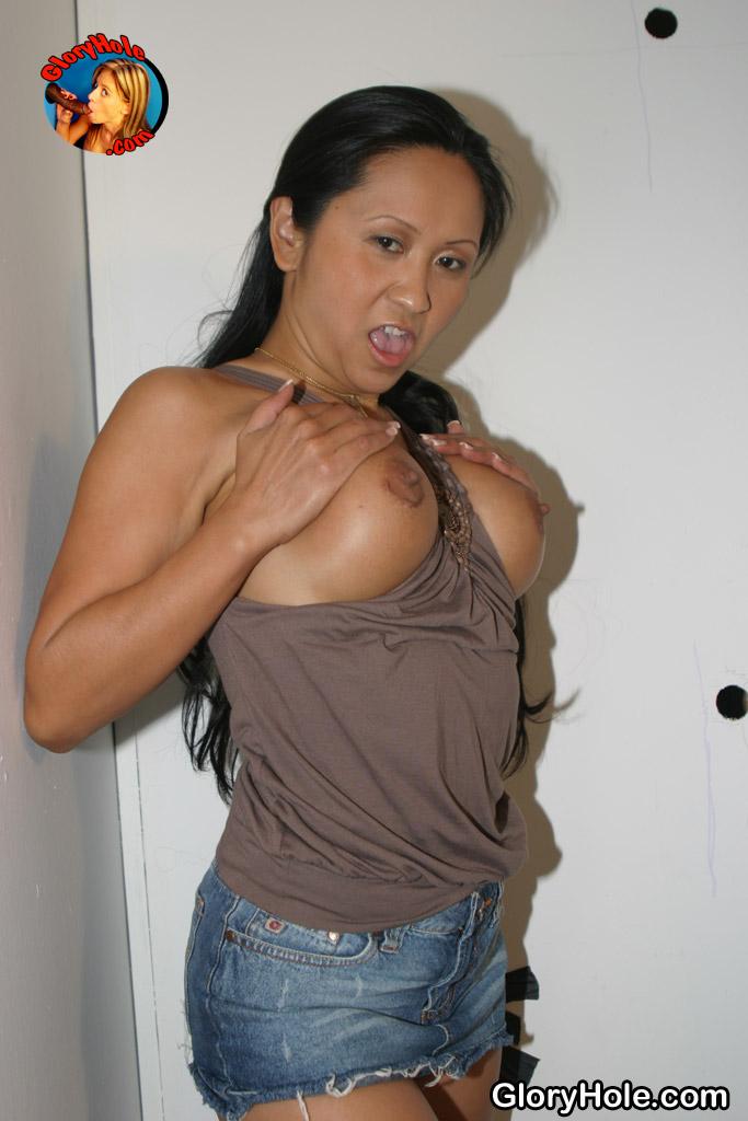 Прелестная мамочка-лесбиянка Kitty Langdon обнажает вагину и сосет черный хуй в магазине для взрослых
