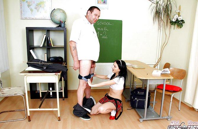Возрастной преподаватель таранит студенточку в аудитории