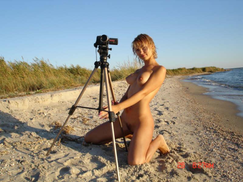 Ласковая модель красиво валяется на песке