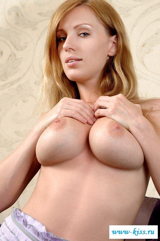 Соблазнительная девушка-студентка с огромной грудью