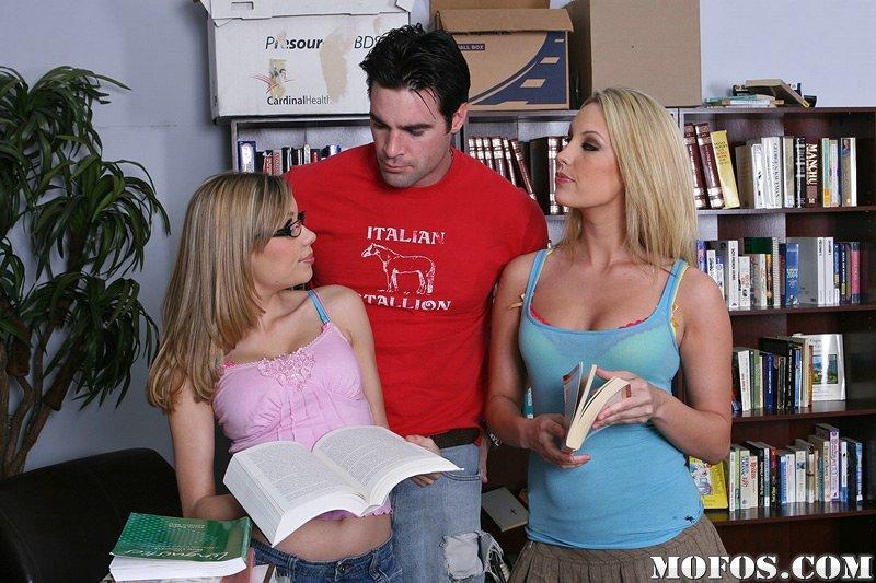 Две похотливые студентки Kiara Diane и Nicole Ray занимаются жестким интимом с брюнетом в библиотеке