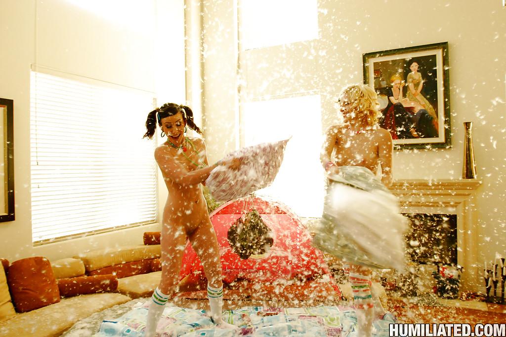 Две бабы в чулках захотели бои на подушках во время девичника xxx фото
