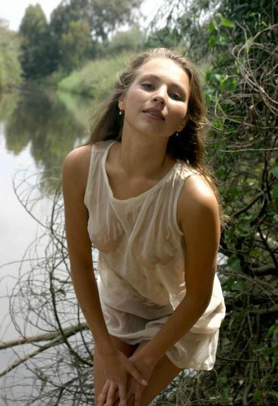 Симпатичная баба у водоема в сырой сорочке