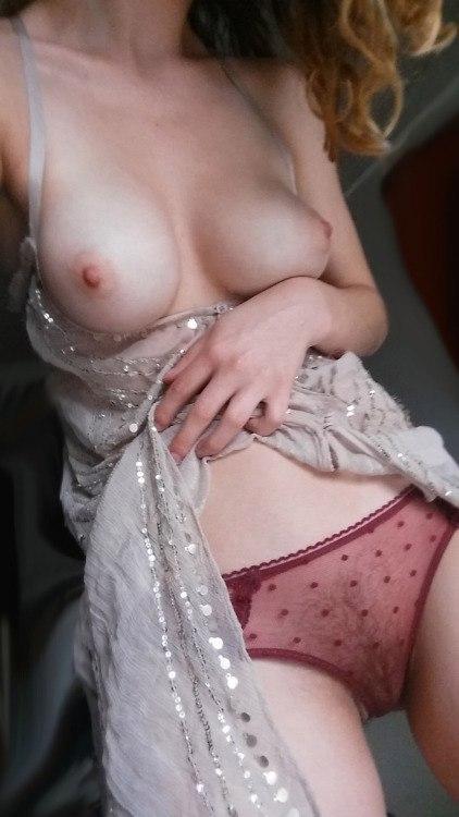 Девственные девахи обнажают, что скрывается у них под юбкой ххх фото