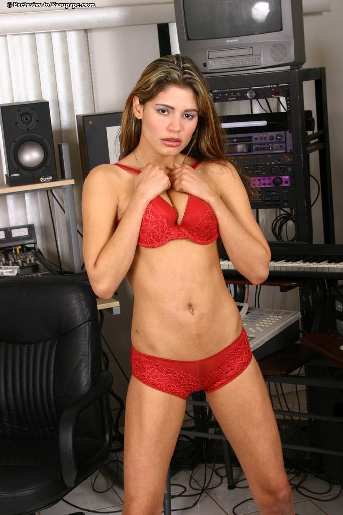 Игривая модель-латина Paola Rey делает селфи в красном белье