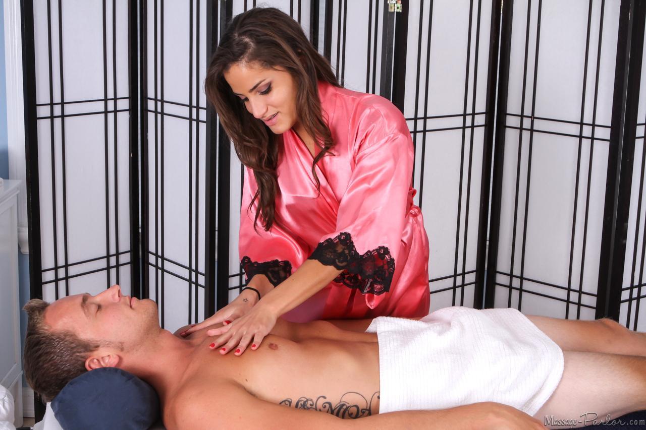 Юная девушка латинской внешности Chi Chi Medina делает массаж и насаживается на писюн для серьезного массажа
