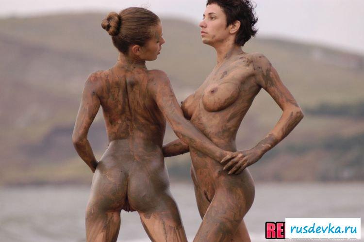 2е подружки резвятся на пляже