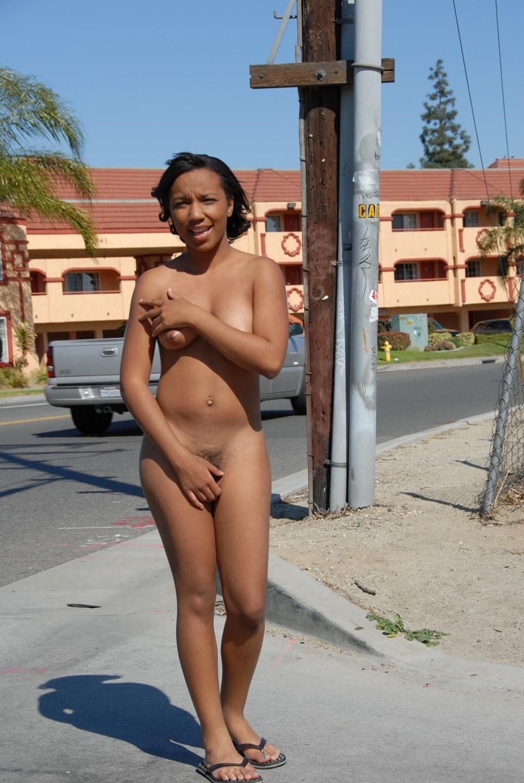 Мулатка Николь гуляет раздетой по улице