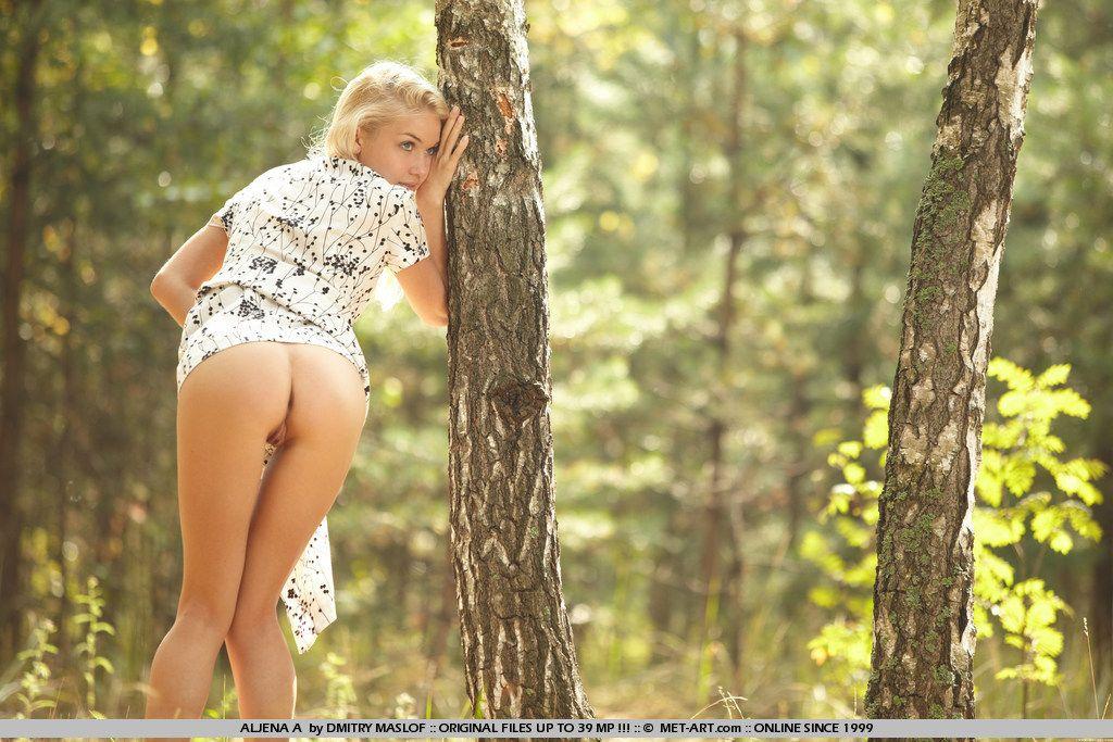 Симпатичная Aljena A спускает белье на поляне и делает селфи голой