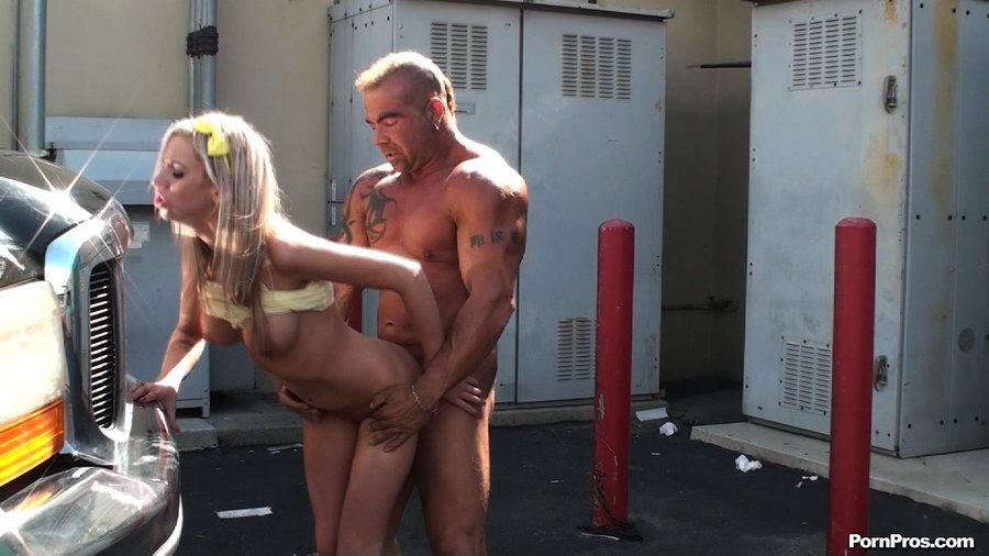Блондинка устроила секс в людных местах в позе раком