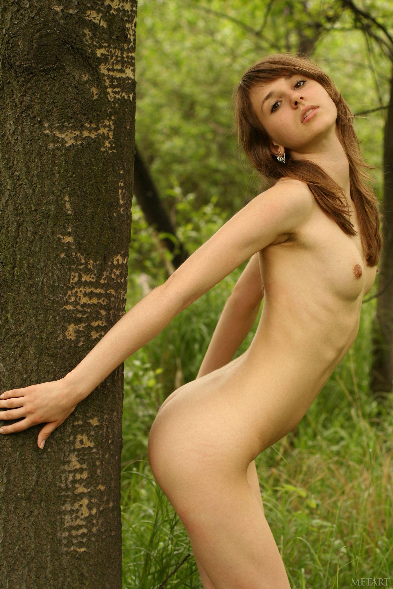 Обнаженная Инна с маленькими сисями на лугу
