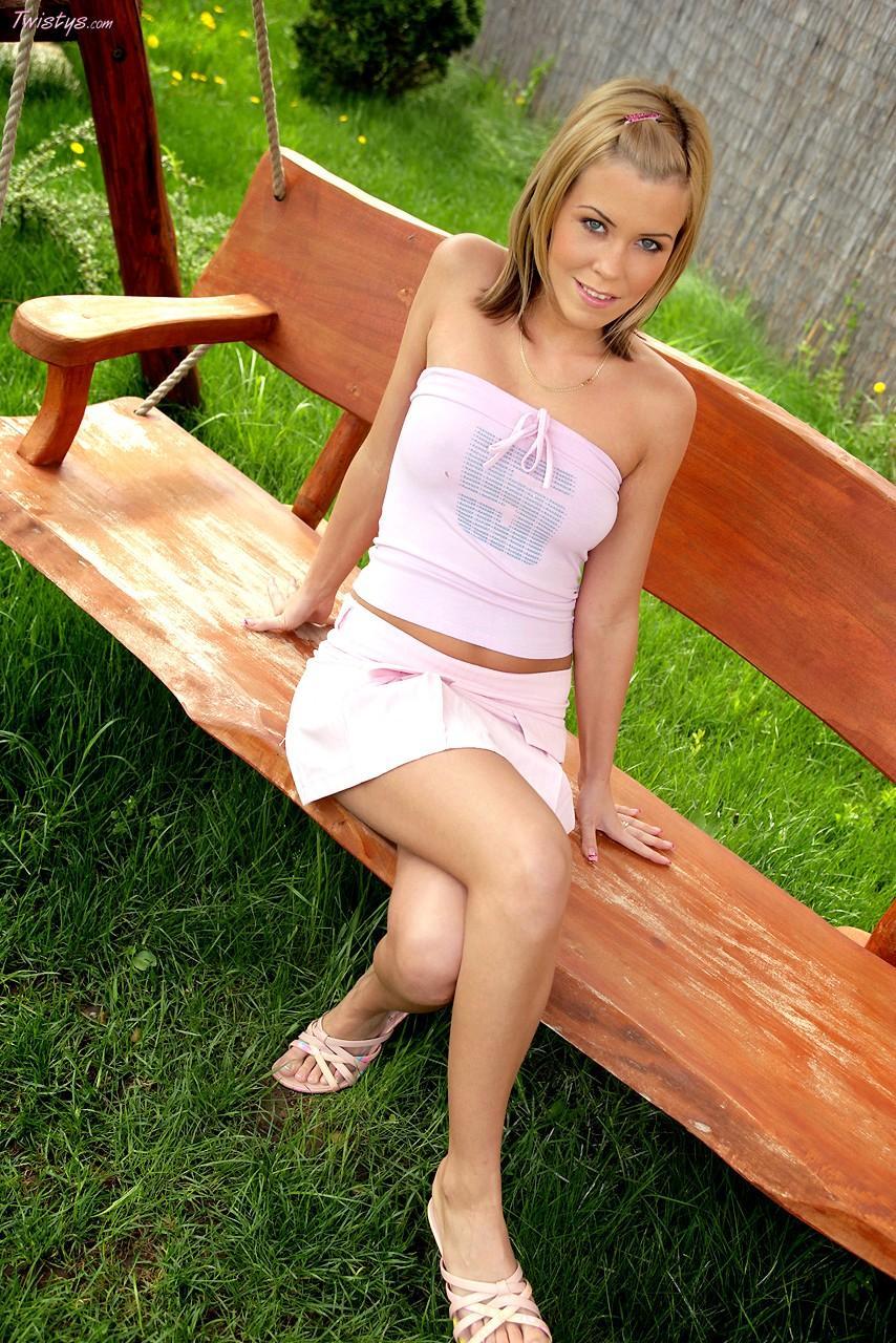 Грязная модель Jenna Sweet красуется на природе