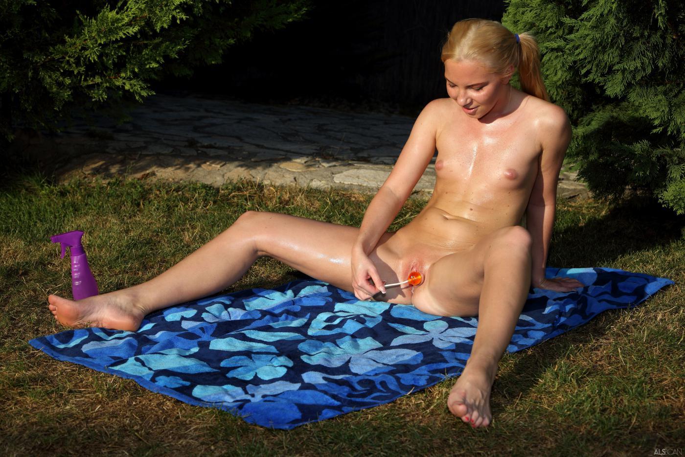 Голенькие красотки-лесбиянки Cayenne Klein и Angie Koks позируют со своими письками в саду