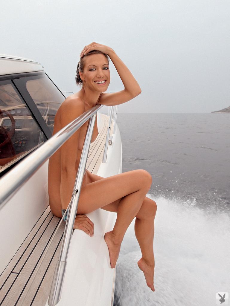 Костлявая туристка снимается без нижнего белья на яхте и пляже