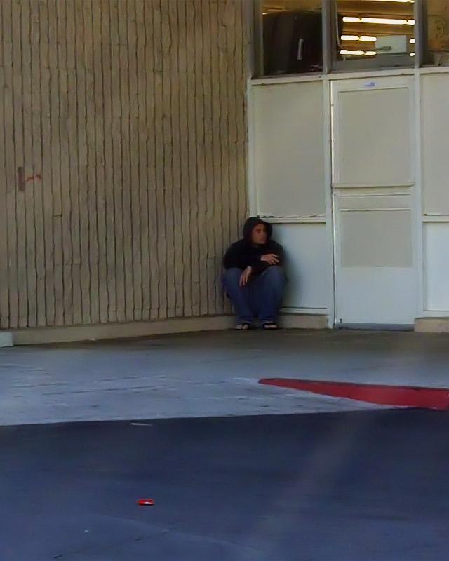 Извращенец срывает с тёлки платье в общественных местах