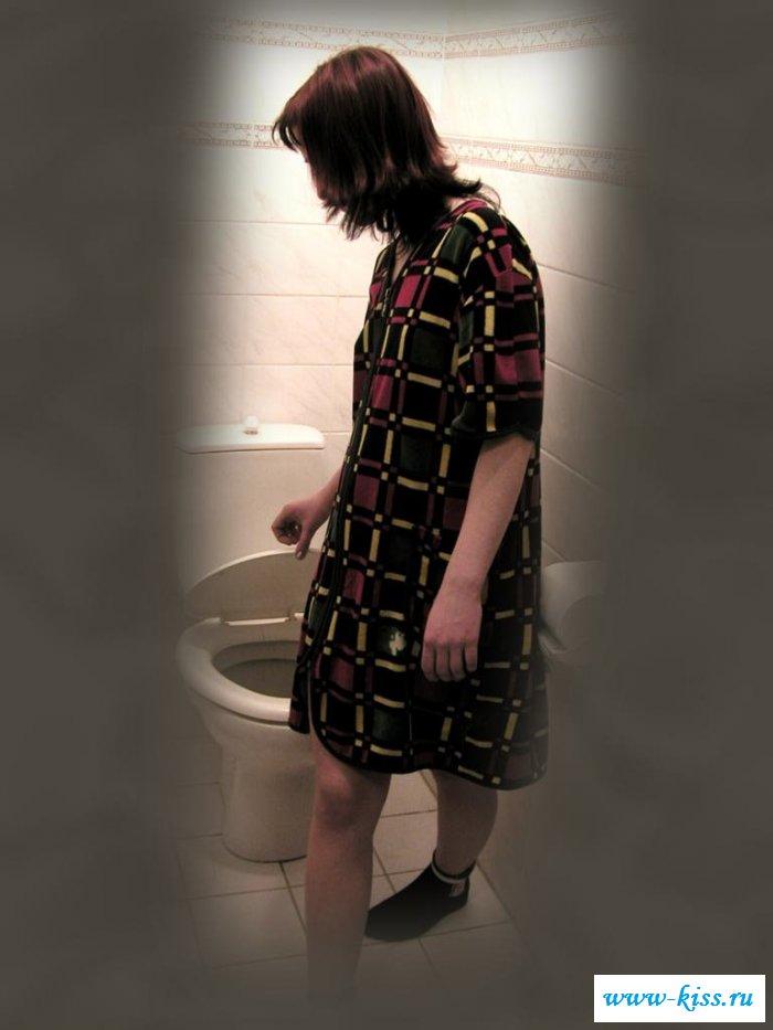 Сексапильная мамка показывает груди в туалете