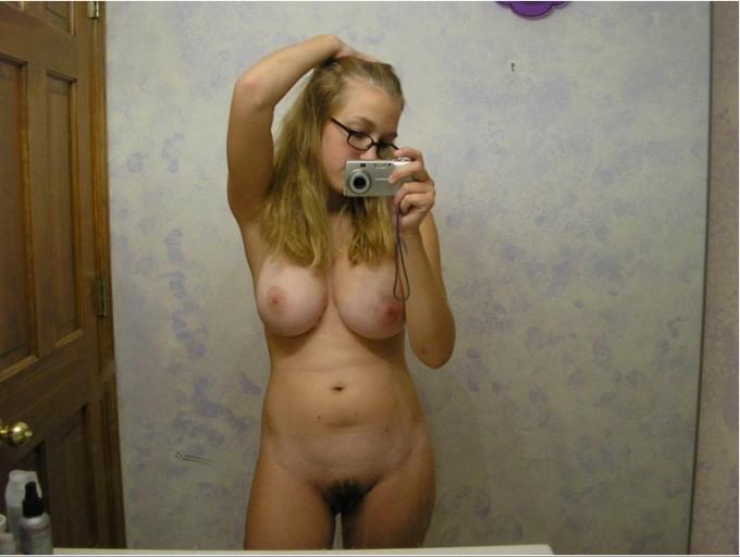 Отражения блондинок и брюнеток в зеркале