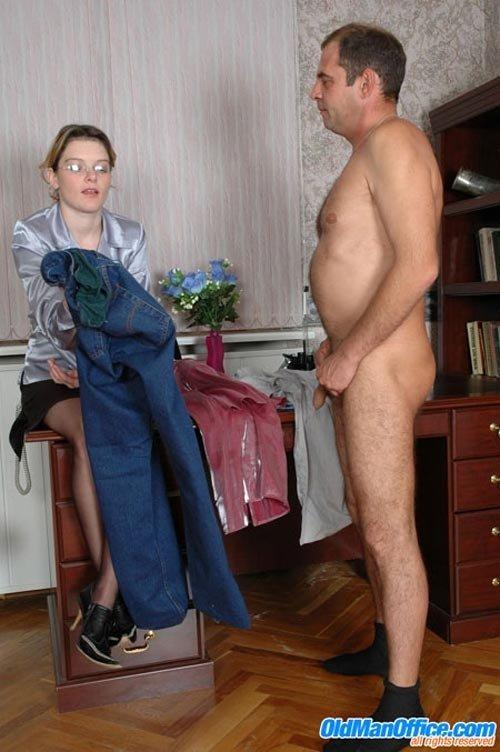Девка в очках доминирует над своим слабовольным самцом