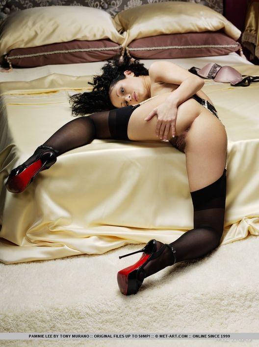 Хрупкая сучка в эротическом белье эротично позирует с обнаженной пиздой и разведенными ножками