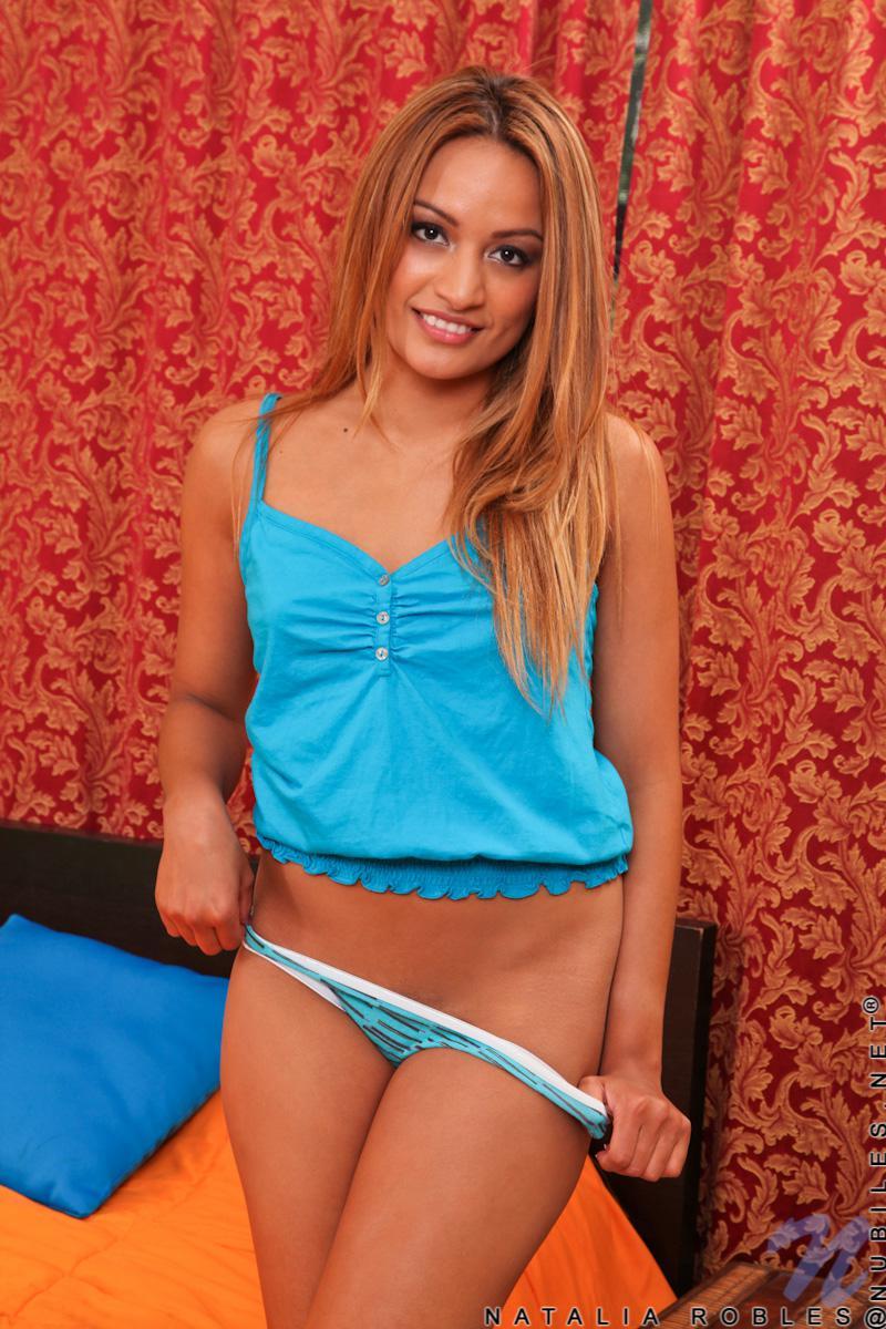 Красавица Natalia Robles снимает бикини и хорошо проводит время