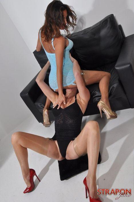 Шаловливые проститутки в нижнем белье орально ублажают друг друга