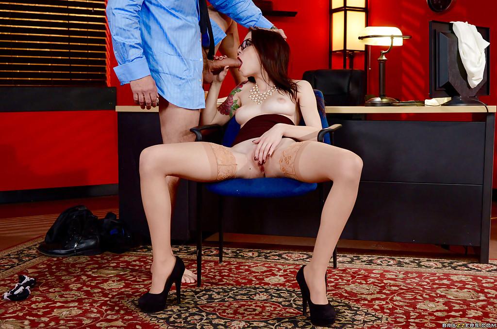 Anna De Ville отсасыват боссу и дает ему полизать щель