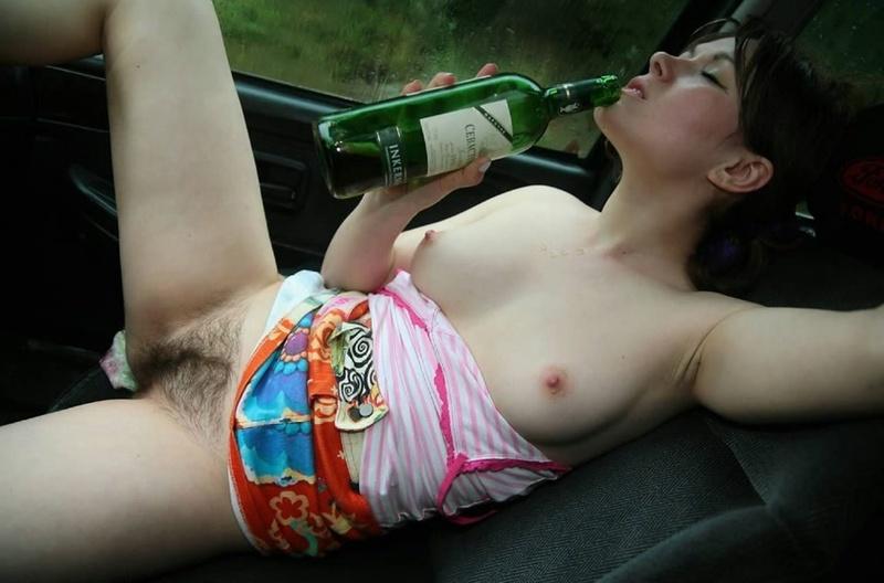 Пьяная в машине с небритой пиздой