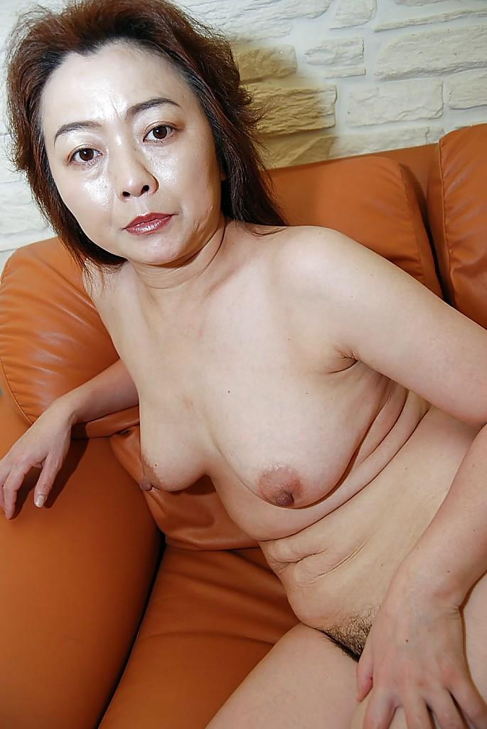 40летняя азиатка разделась и показала взрослую письку