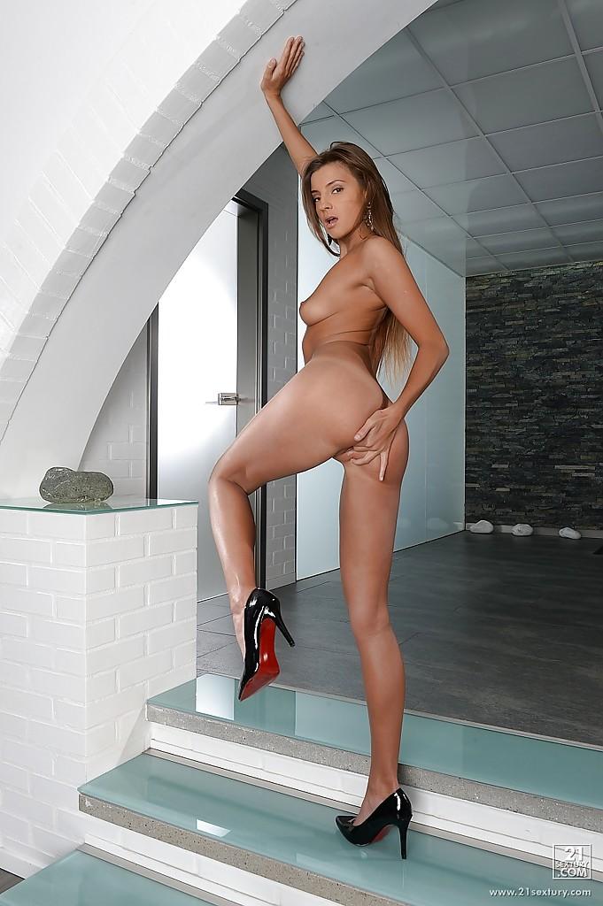 Мария Рябушкина в белом плаще снимает одежду на лестнице