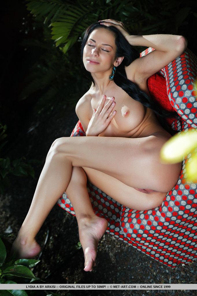 Русская красоточка с длинной черной косой раздвинула ножки на кресле