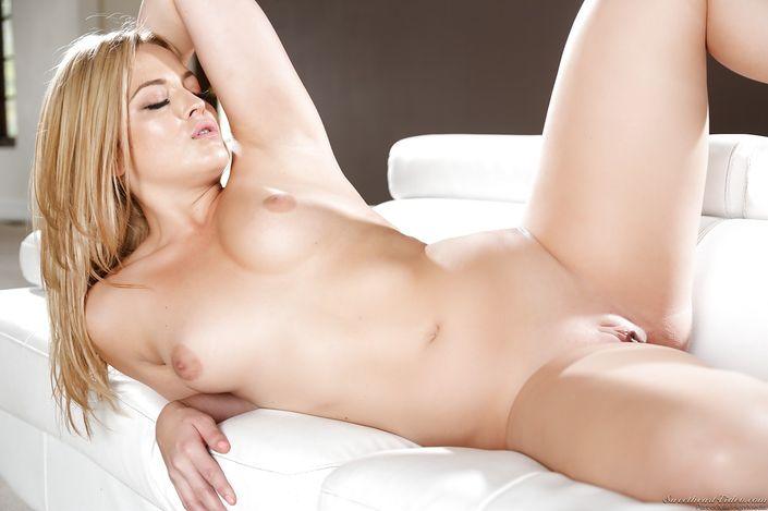 Восхитительная мамаша Alexis Texa в эротическом белье позирует с голой побритой киской