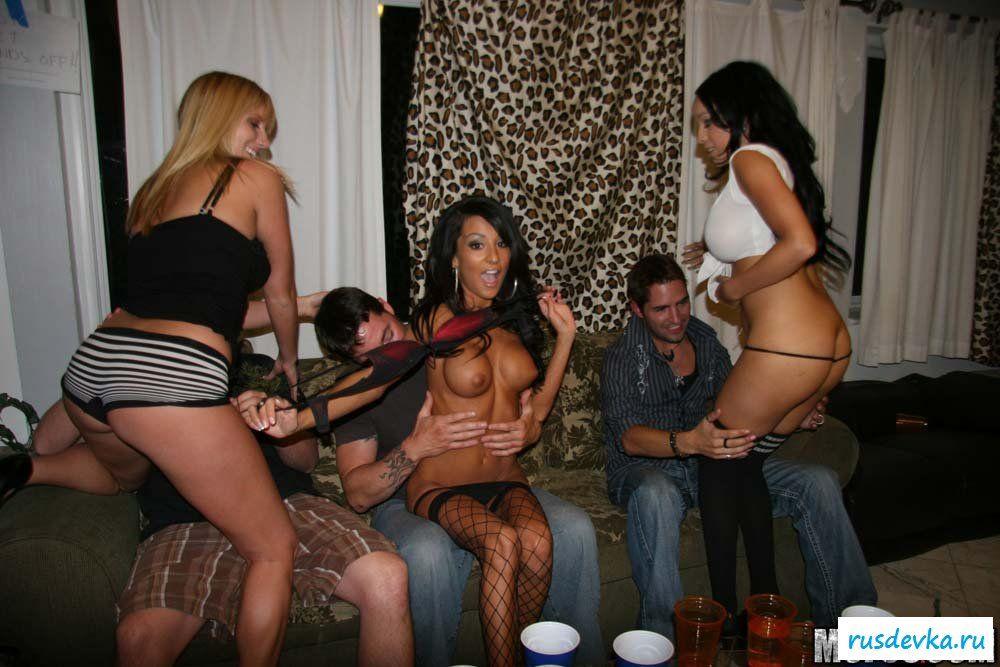Пьяные барышни снимают одежду перед пареньками