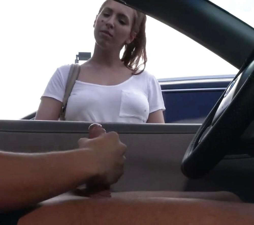 Показывает член незнакомым женщинам