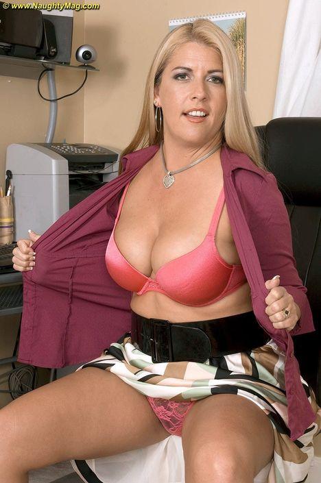 Чувственная мамочка с огромными дойками и привлекательной задницей засветила киску под роскошной юбочкой