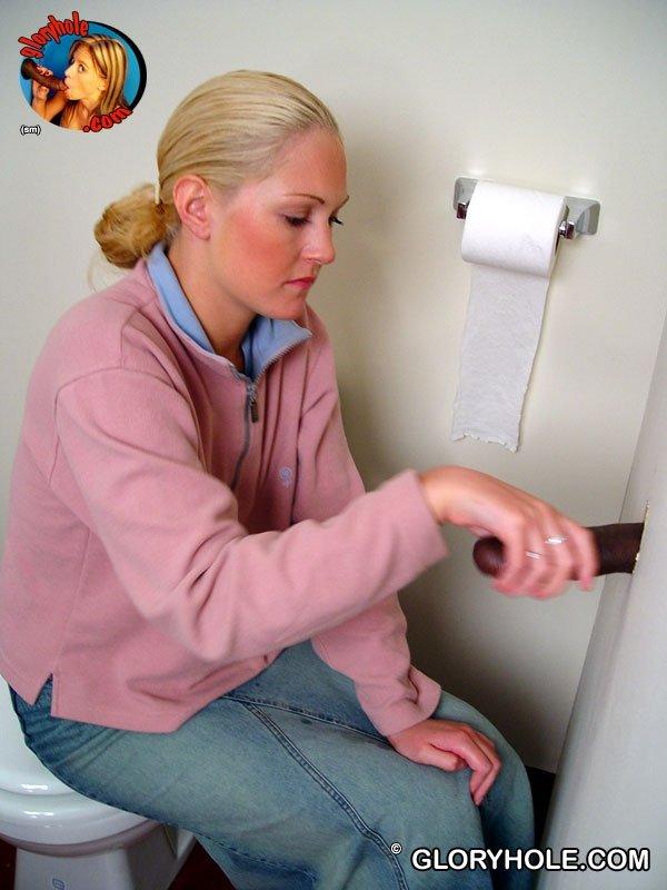 Представительница слабого пола сосала черные письки, торчащие из дырки в стене туалета