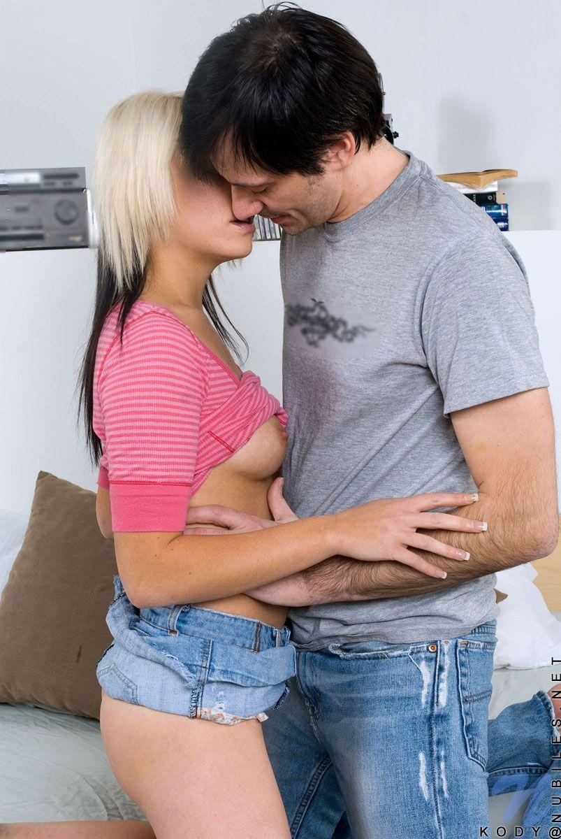 Молоденькой блондинке Kody Kay в синей джинсовой мини-юбке сжимают ягодицы и целую сиськи
